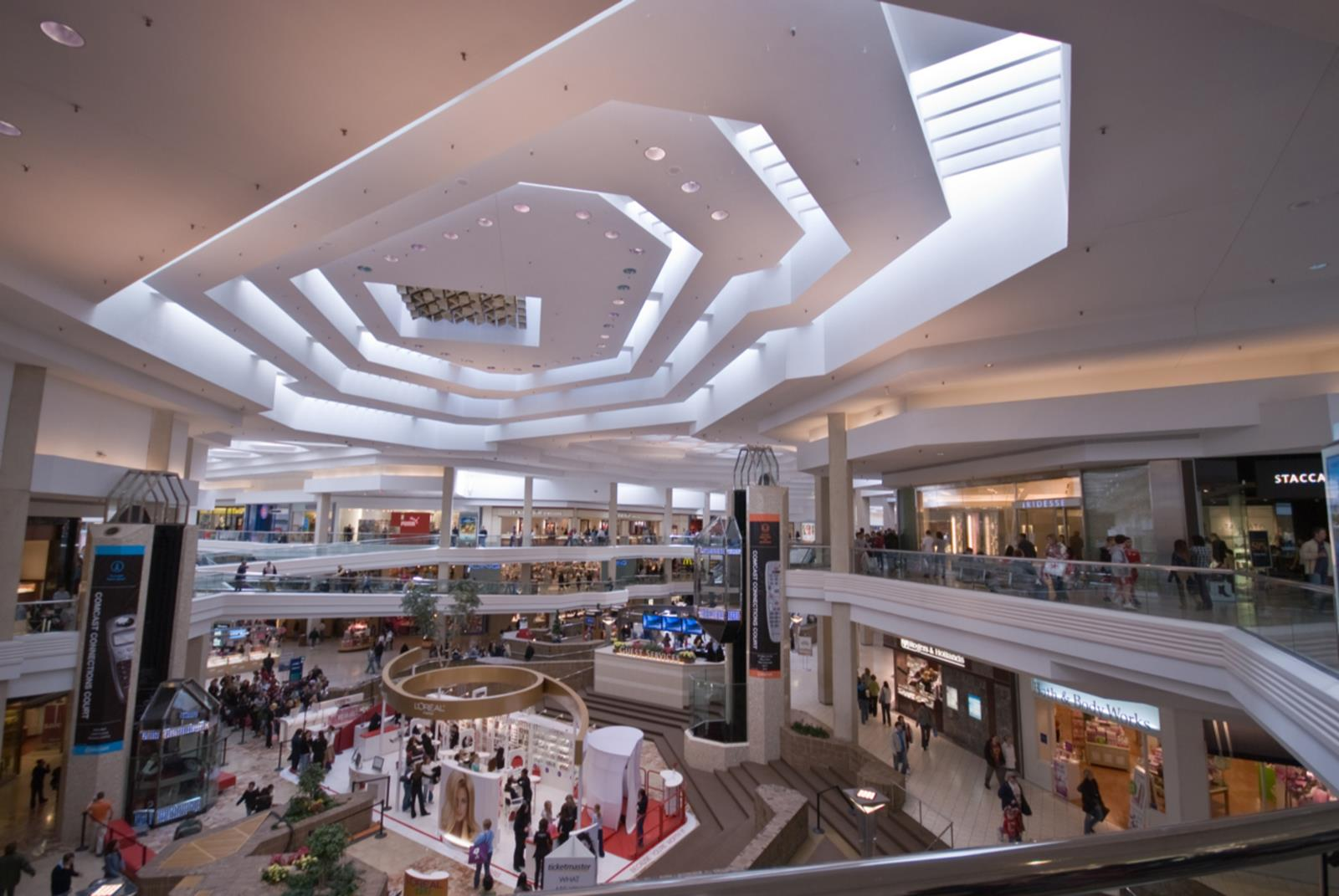 Just 40 minutes west of Chicago, Woodfield Mall is one of the largest shopping destinations in the United States. With more than 2 million square feet of retail shops, restaurants, and family-friendly amenities, Woodfield Mall has a unique mix that creates a completely 8/10().