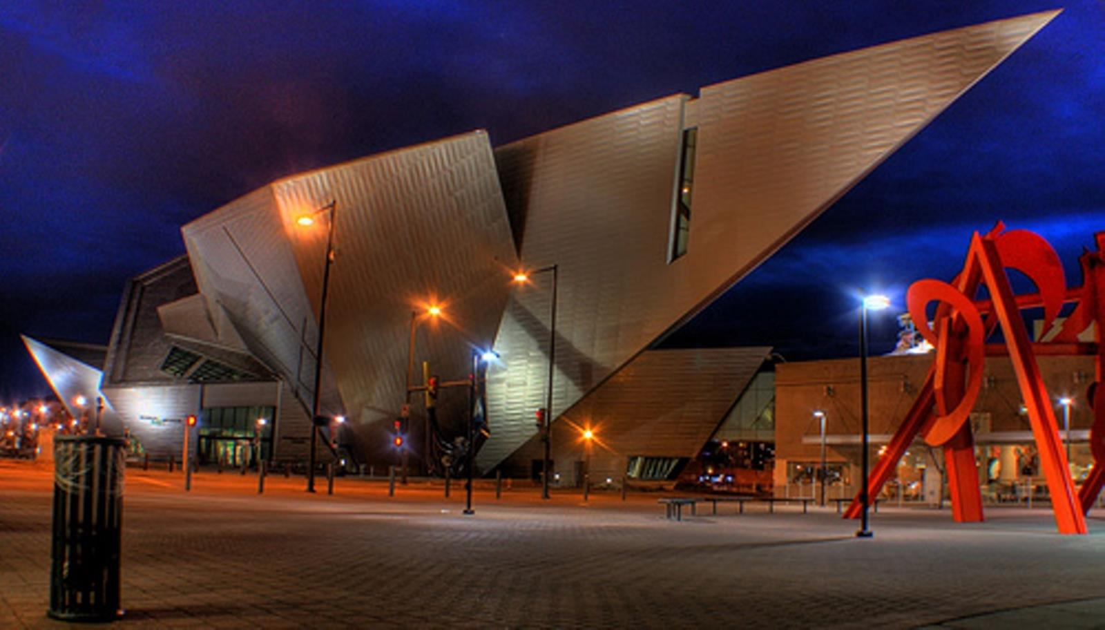 Denver Art Museum at night. Credit: at en.wikipedia
