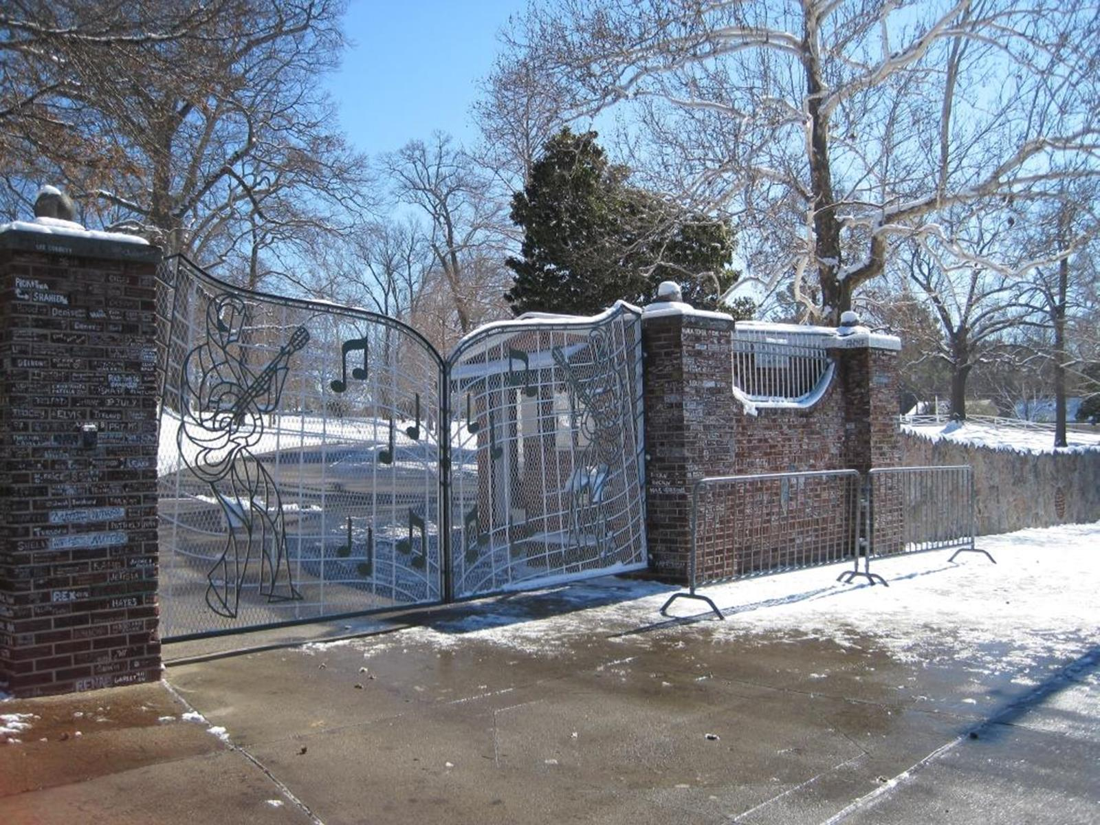 The unique gates of Graceland. Credit: Thomas R Machnitzki at en.wikipedia