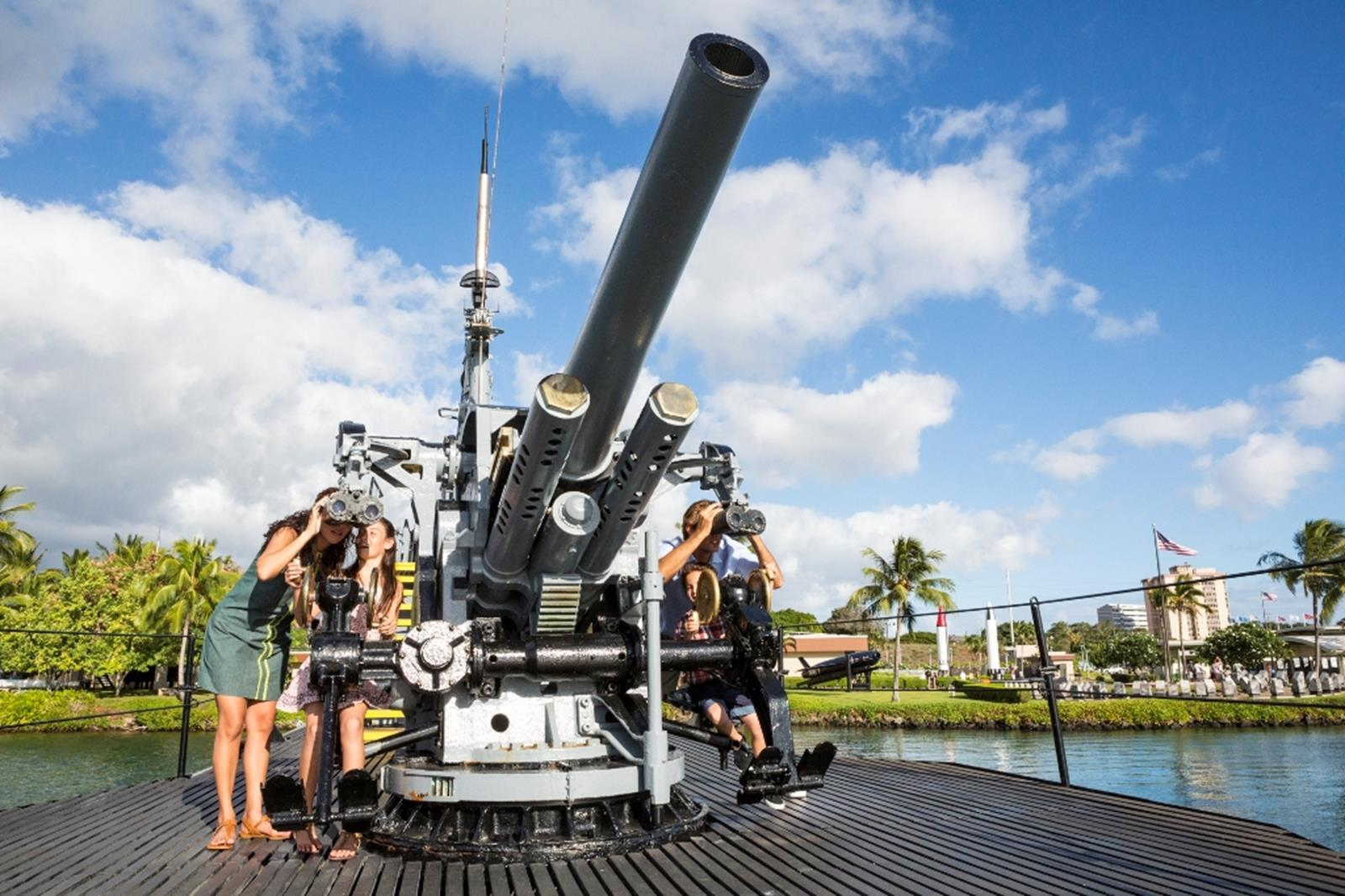 Family explore the deck of the USS Bowfin at Pearl Harbor. Credit: Hawaii Tourism Authority (HTA)/Tor Johnson Island.