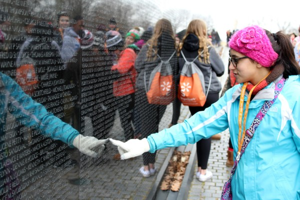 Washington DC - Girl Pointing Memorial 2